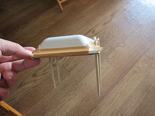 翼に割り箸を装着。これとミニ四駆を合体させるのだ。