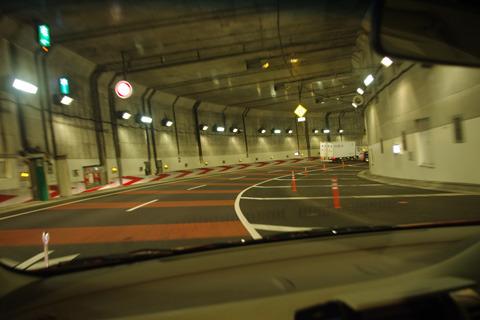 道路が急カーブを描き、鋭く地中に切り込んでいく。
