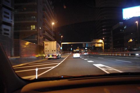 どう見ても新宿じゃない夜景。車が西へ向かっている!?