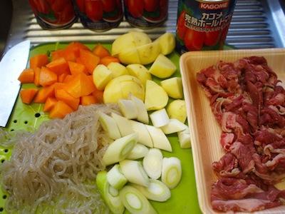 用意するのは牛肉、じゃがいも、にんじん、ネギ、糸こんにゃく、そしてホールトマト。