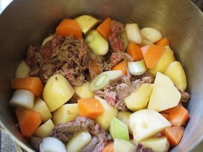 これらを炒めて、肉の色が変わったところで