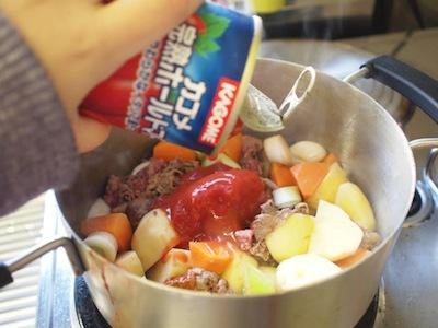 トマトを投入。じゃがいもに串が通るまで煮込み、しょうゆで軽く味付けをする。