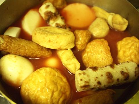 トマト出汁に醤油とみりんを加え、具を沈めていく。溢れ出る違和感。さすがおでん。