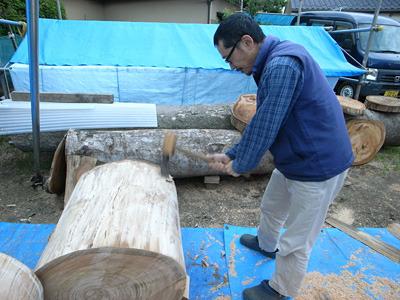 丸太をコンコン削って円柱にする。原木は意外と扁平しているものなのだ。