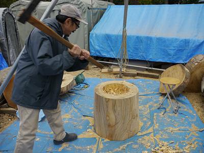 そのあと斧で中を彫り進めていく。ここはダイナミックに。