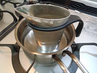 燗酒をやる場合は湯煎が最適。徳利でもいいが、こういう燗酒用の容器(「ちろり」といいます)があると便利。