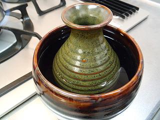 鍋でやるのが面倒な人は、こういう燗酒用の小さい容器もあります。ポットから熱湯を注げば燗酒にできる。