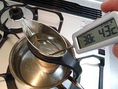 慣れた人は容器を触る、酒の表面をみるなどして最適な温度か見極めますが、こういう調理用温度計を使えば簡単です。
