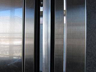 片側のドアに挟まれ防止のスイッチがついているタイプ