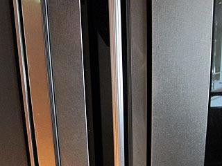 左右両方の扉に押し込みスイッチがついているタイプ