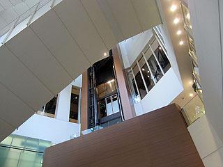 お台場随一のオシャレエレベーターであり、カゴは細い柱を伝って動いていて、軌道を囲う壁がない