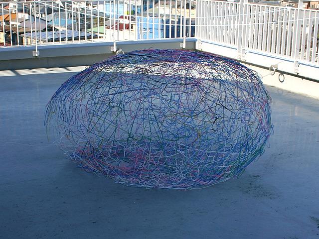 ヒエロニムス・ボスが描く卵の殻みたいなアレを思い出した。