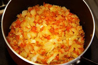 玉葱と人参をみじん切りにして投入。