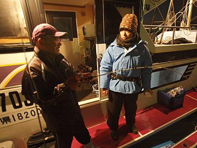 美味しくカップラーメンを食べるなら寒いところということで、海で実験します。「イサキ釣りはね、タナが命なんだよ」と船長。