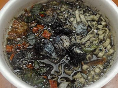 ギャー!イカスミで粘度が高くなったスープが泡立っていて怖い。
