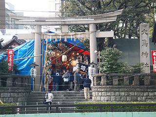 大鳥神社の酉の市の賑わいを眺めながら走っていると・・・