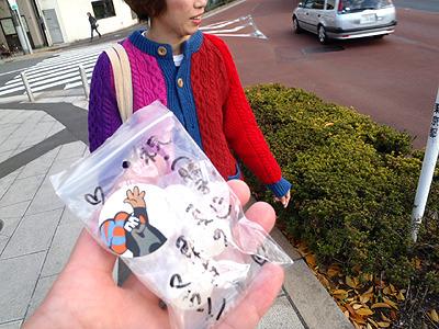 塩飴貰った!「祝(勝手に)真の東京マラソン」と書いてあった。