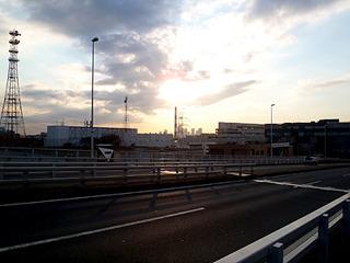 荒川河口の橋を渡れば16番目の江戸川区へ。夕暮れが近い。