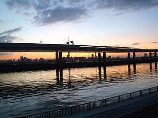 荒川の向こうに東京スカイツリーのシルエットがわずかに見える。