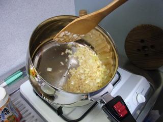 アメ色になるまでオリーブオイルで炒める