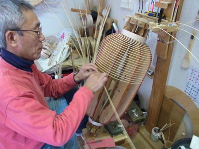 竹骨を継ぎ足しながら木型に巻きつけていく