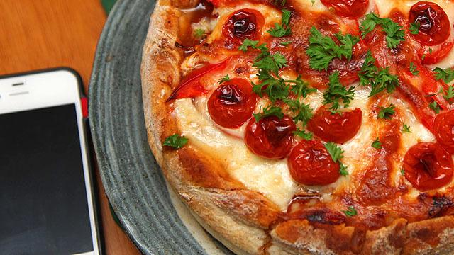 上から見るとわりと普通のピザですが。