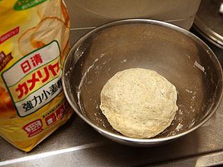 細かいツブツブがライ麦粉を混ぜた証。