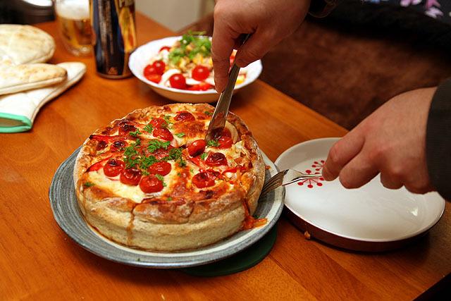 切り分けます。いや、うん、ケーキだわ、これ。今年のクリスマスはシカゴピザにしよう。来月にはもう忘れてると思うけど。