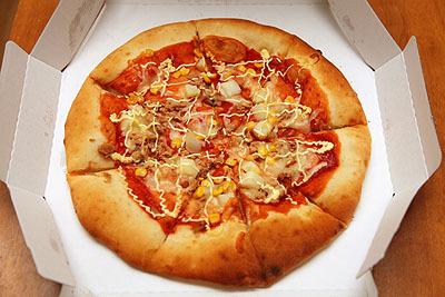 コーンとポテトのピザ。予想外に低い土手。種類によって高さが違うのだろうか。あと、すでに切れ目が入ってるのも衝撃だった。ソースが漏れそう。