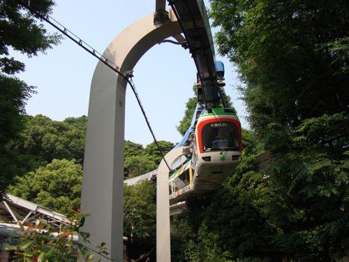 懸垂式のなかで素晴らしいのは上野動物園モノレールのこれだ。インテリアで言うと確実に無印良品で売ってるタイプの無駄のないっぷり。