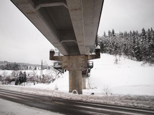 単線の鉄道の橋脚は初めて見たけどばっちりかわいらしい。