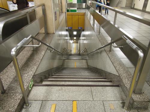 こことかエスカレーターは隣についているけど、階段の方が格好いいという屈辱。