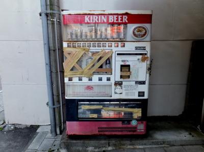 おおっ…この自販機のボロボロっぷり…なかなかここまでの物はないぞ…