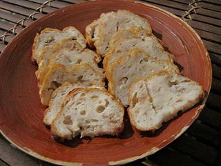 完成!表面に焼き色を付けたのと、スがたくさん入ったので見た目がパンみたいになってしまった。