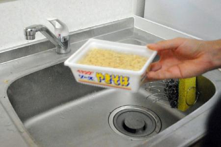 お湯を注いで3分待ったら、もうフタを取ってしまって下さい。