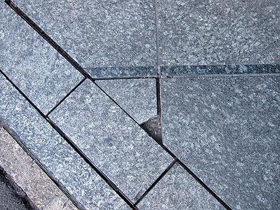 石畳は割れる、欠ける