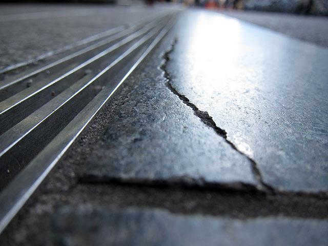 光沢のある石材、そして横に走る金属のレーンがなんだか未来的
