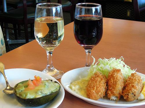 グラスワイン(190円×2)、アボカドのグラタン280円、牡蠣フライ330円。合計990円
