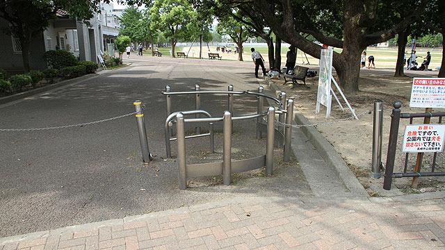 自転車・バイクは通さないが、車イスは通したい。