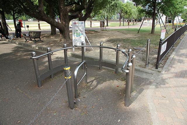 自転車と車イスの長さの違いを利用。