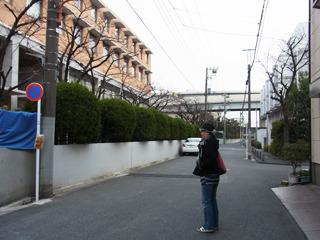 桜中学の前(今は大学)に来てみるが人っ子一人いない