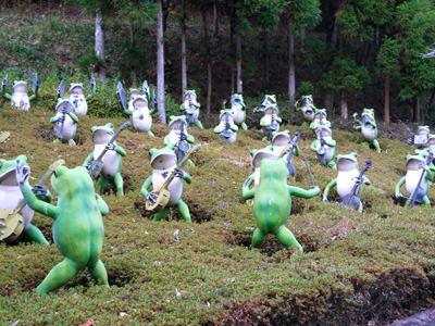 まず、駐車場の脇に立ち並ぶカエルの楽団