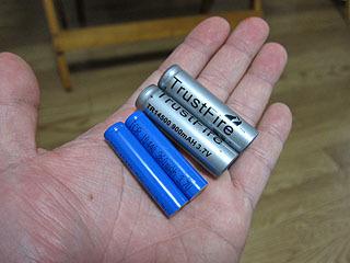 銀色のが14500電池。今回使うのは青い方の10440電池。