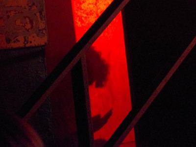 階段の奥に…この髪型は!たぶん携帯見てる山王さん。