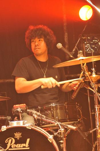 こちらはバンド側からいただいた写真。絵になるアフロ野郎だぜ!撮影:板橋裕美