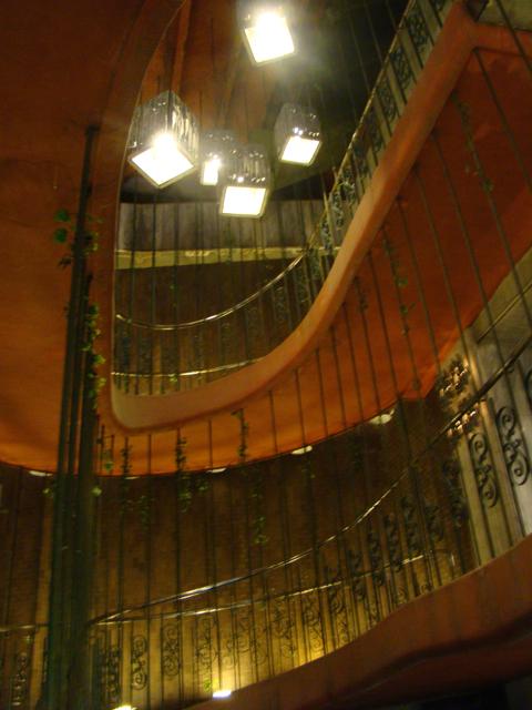 こういう建物はだいたい、階段がこれでもかというほど格好いい。ずるい(これは螺旋スロープでさらにずるい感じ)。