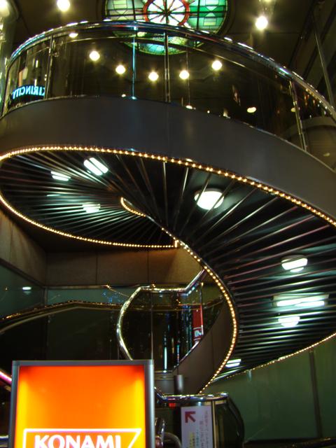 この階段なんかはもう、前をとおるたびに気になっていたらしくて、日付の違う同じ写真がたくさんあった。くやしい。