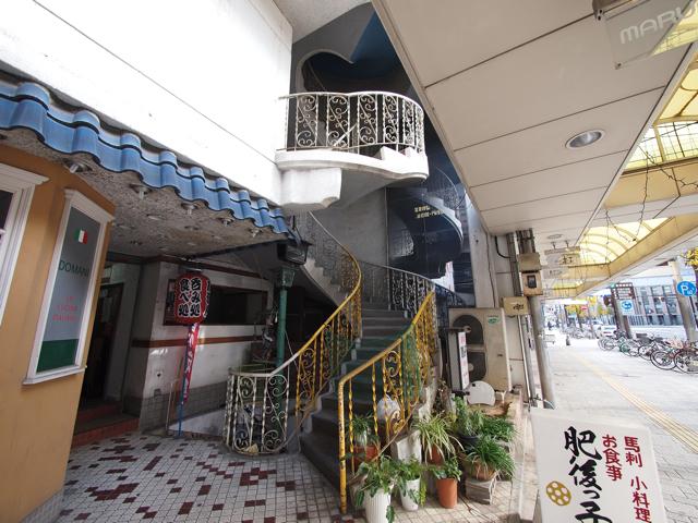馬刺 小料理の肥後っ子も気になるが、この階段のイイ感じの装飾具合は何だ。