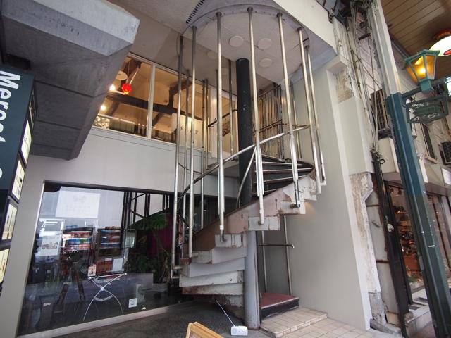 かと思いきや、スタイリッシュな手すりと柱で構造を粋に支えるタイプも。東京でいうと青山の裏路地の美容院ってところだ。