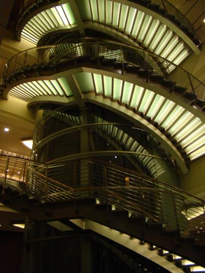 これは六本木のホテル。真ん中がエレベーターでそのまわりを階段がぐるんぐるんと取り囲む。しかも光る。思う存分格好いい。なにかのいやがらせか。